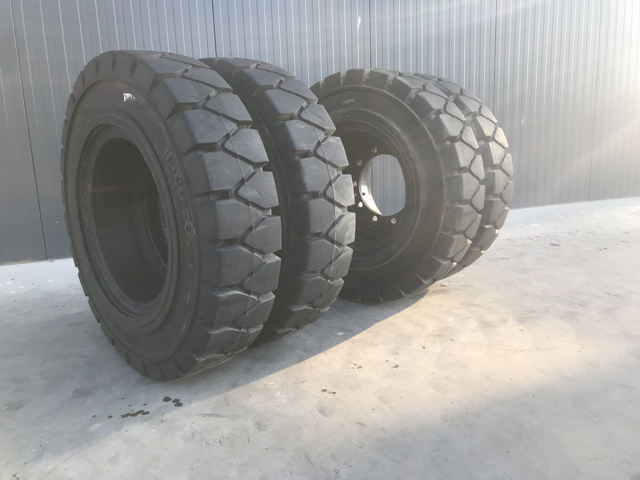– 1000 x 20 SOLID TYRES – #901117